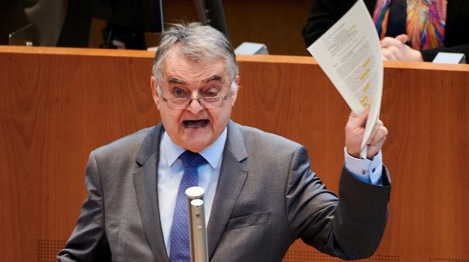 Herbert Reul von der CDU, NRW-Innenminister, steht Rede und Antwort zur Flutkatastrophe im NRW-Landtag.