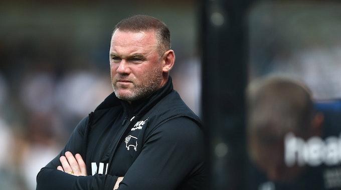 Derby-County-Trainer Wayne Rooney steht an der Linie beim Testspiel gegen Salford.