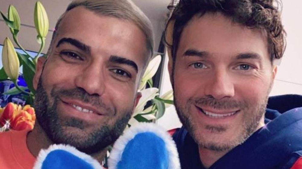 Rafi Rachek (l.) und Sam Dylan (r.) nehmen ein Selfie auf.