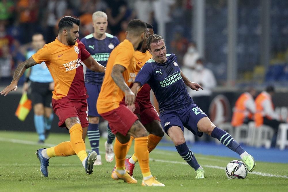 Mario Götze im Champions-League-Qualifikationsspiel bei Galatasaray am Ball.