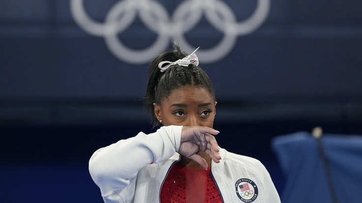 Die US-amerikanische Kunstturnerin Simone Biles blickt im Olympischen Turnzentrum in Tokio enttäuscht in die Ferne.