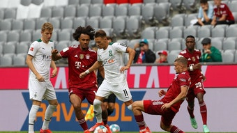 Bayerns Joshua Zirkzee Im Zweikampf mit den Gladbachern Andreas Poulsen (l) und Hannes Wolf (r.) während des Testspiels am 28. Juli 2021.