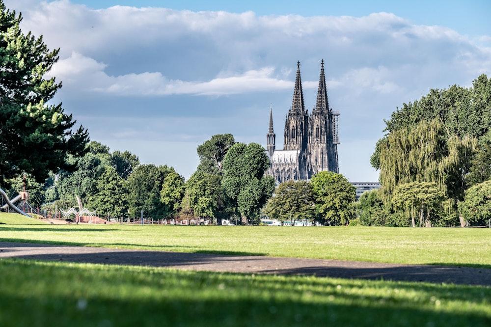 Der Kölner Dom vom Rheinpark aus fotografiert