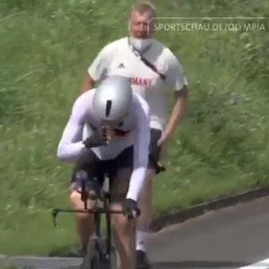 Patrick Moster läuft und ruft Radfahrer Nikias Arndt hinterher.