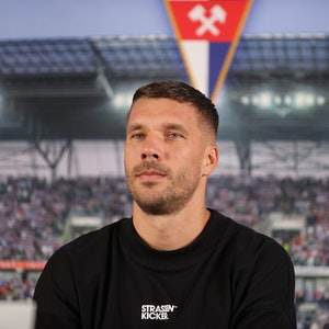 Lukas Podolski aus Deutschland sitzt bei einer Pressekonferenz zu seiner Vorstellung als Neuzugang beim polnischen Fußball-Erstligisten Gornik Zabrze.