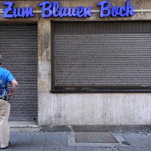 """Beschriebene Rollläden am """"Blauen Bock"""" in der Oberbilker Ellerstrasse am 28. Juli 2021."""