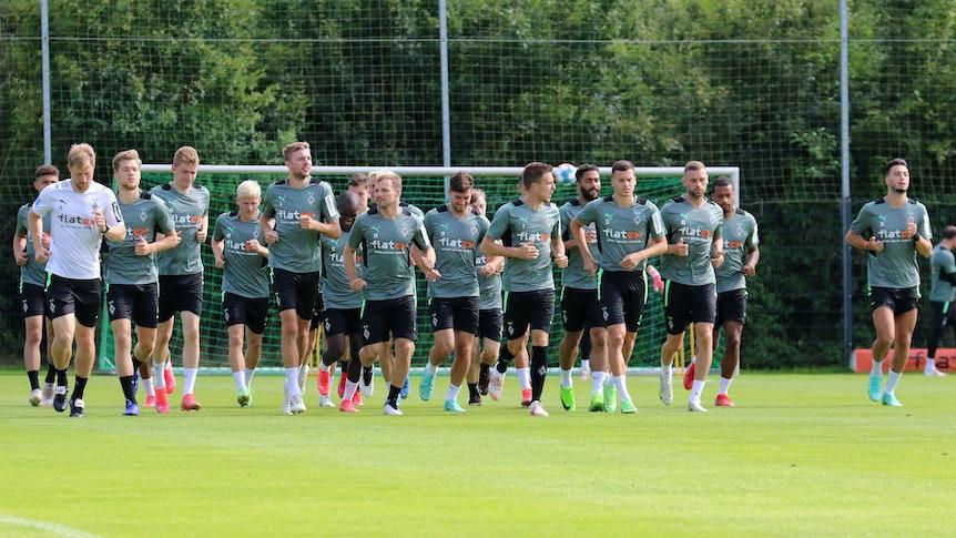 Teile der Gladbacher Mannschaft beim Joggen im Trainingslager in Harsewinkel am 20. Juli 2021.