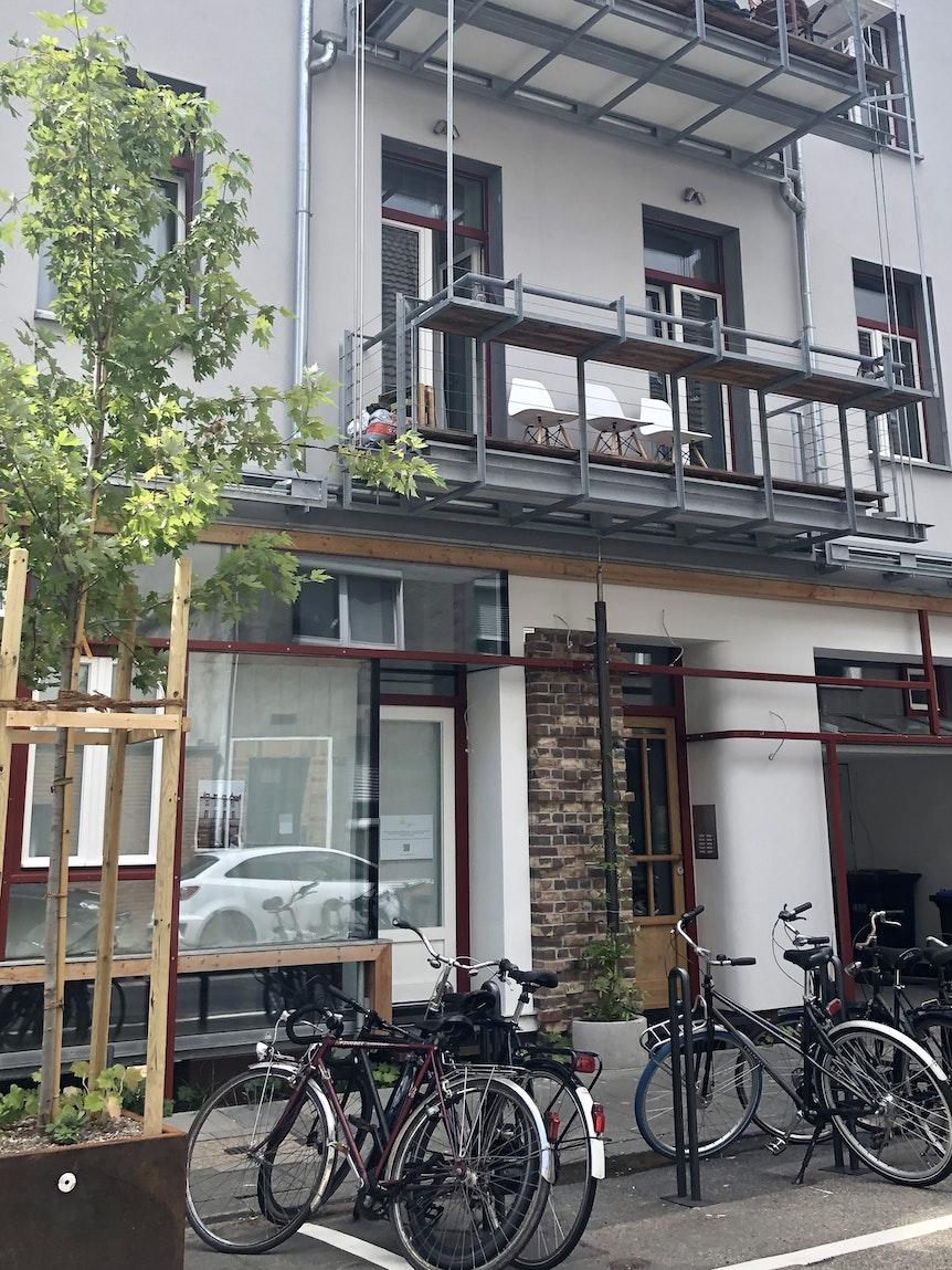 Die Hausfassade aus Sicht der Alteburger Straße.