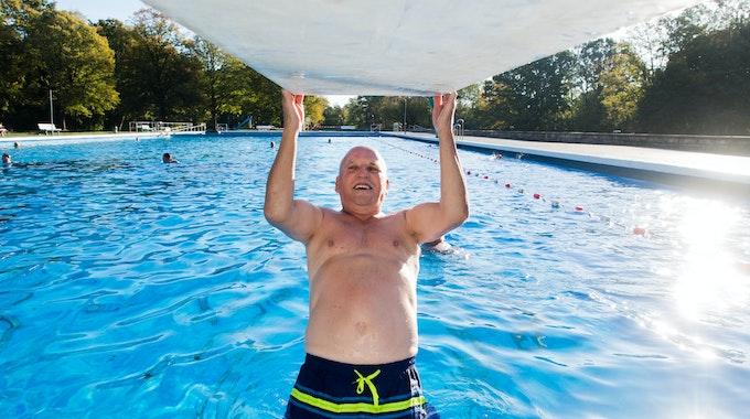 Ein 76-Jähriger macht in einem Freibad Klimmzüge am Ein-Meter-Brett.