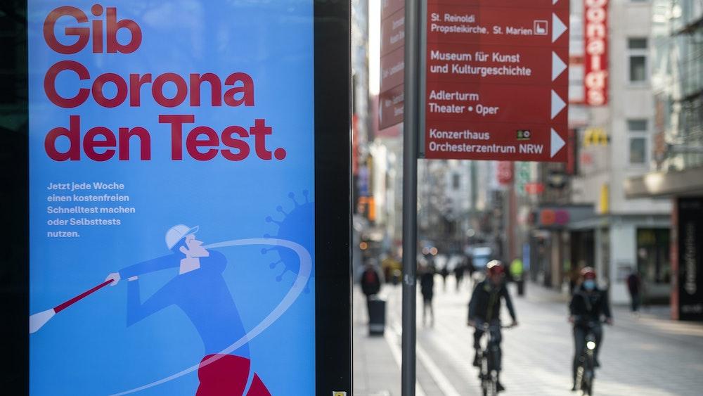 """""""Gib Corona den Test"""" ist im März 2021 auf einem Werbebanner des Bundesgesundheitsministeriums auf einem Display in Dortmund zu lesen. Am 29. Juli hat das Land NRW die Corona-Regeln gelockert."""