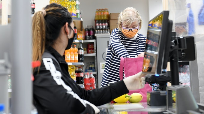 Eine Kundin verpackt Einkäufe im Supermarkt: Die Inflation in Deutschland ist so hoch wie seit vielen Jahren nicht mehr.