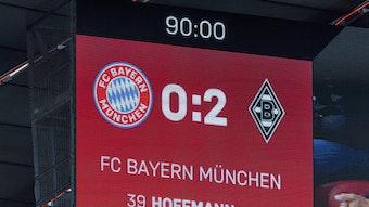 Die Anzeigetafel in der Allianz Arena zeigt das Testspielergebnis zwischen dem FC Bayern und Borussia Mönchengladbach an. Die Fohlen gewannen am 28. Juli 2021 2:0.