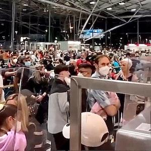 Reisende warten am Flughafen Köln/Bonn.