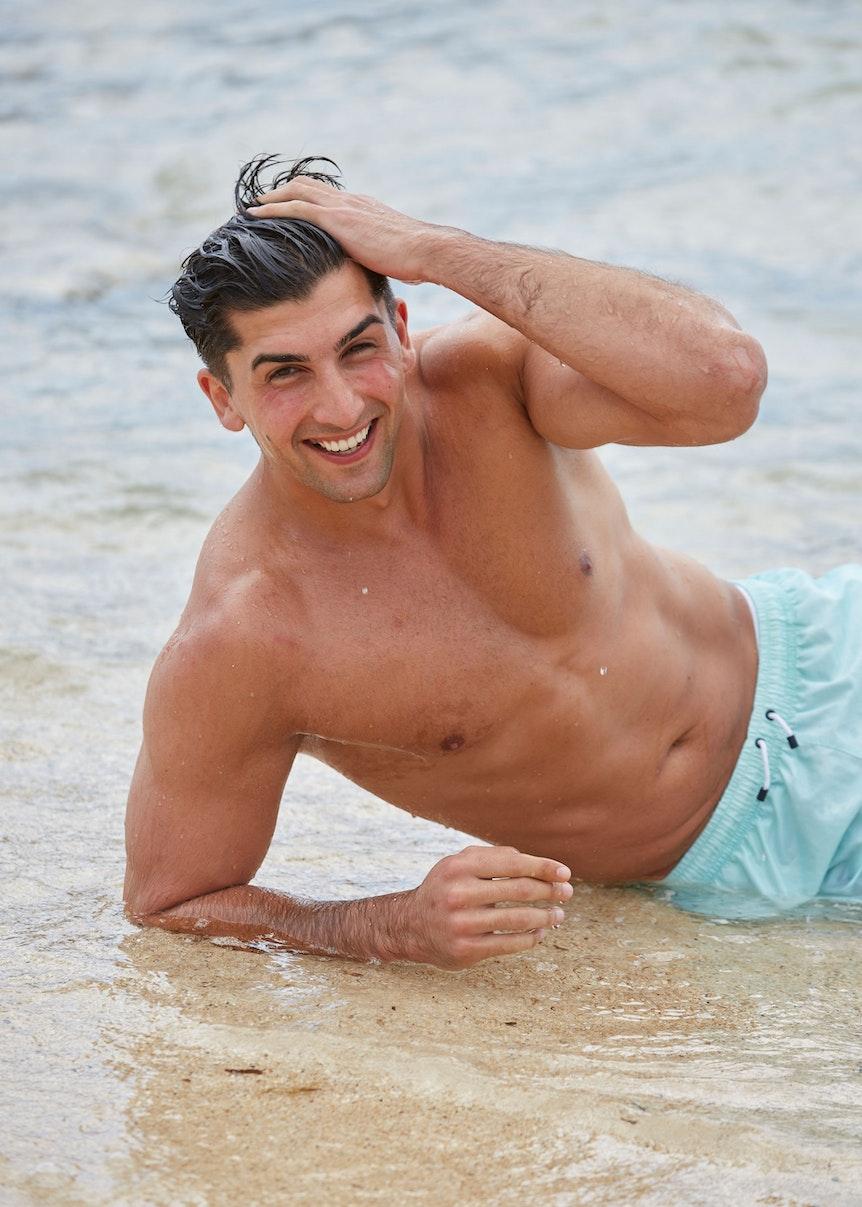Bachelorette 2021, Kandidat Julian liegt am Strand.