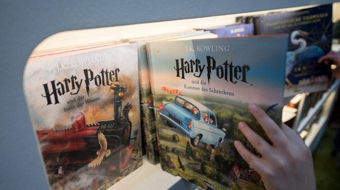 Das Foto zeigt den dritten Buchband der Fantasy-Reihe Harry Potter auf der Leipziger Buchmesse.