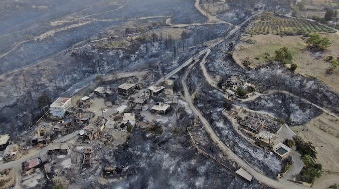 Ein Luftbild zeigt die Zerstörung durch die Waldbrände in Manavgat in der Region Antalya am 29. Juli 2021.