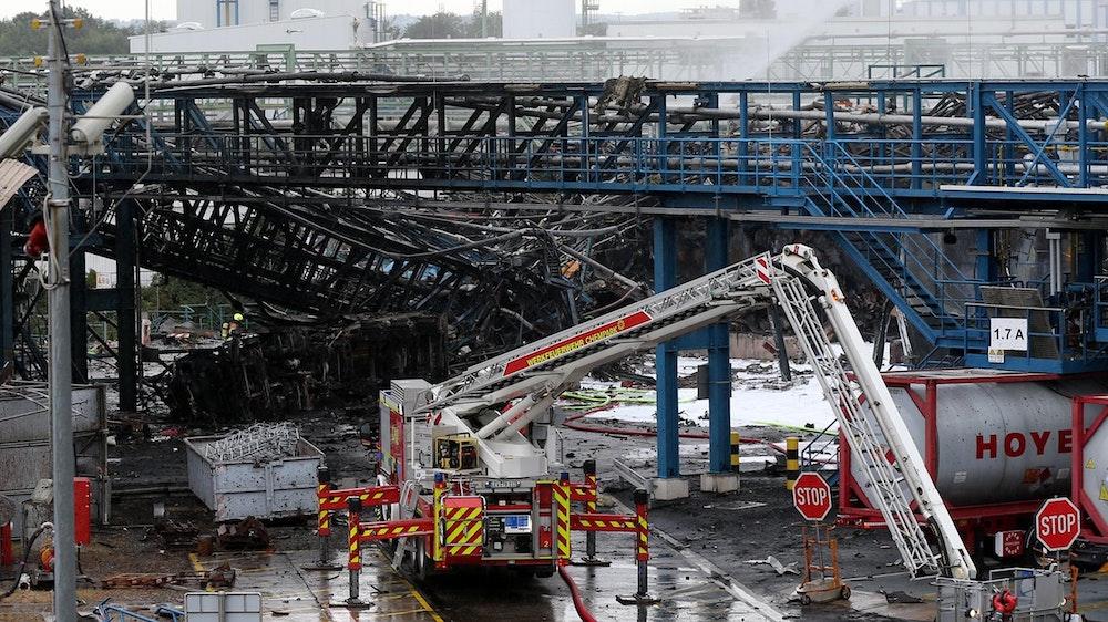 Einsatzkräfte der Feuerwehr sind am 28. Juli mit Löscharbeiten im Leverkusener Chempark beschäftigt. Nach der Explosion in einer Müllverbrennungsanlage sind bisher sechs Tote zu beklagen. +++ dpa-Bildfunk +++