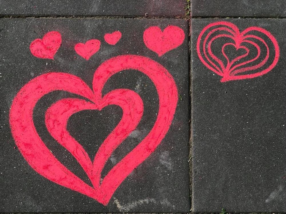 Auf einem Bürgersteig in Köln-Weidenpesch wurden rote Herzen mit EXPRESS-Kreide gemalt.
