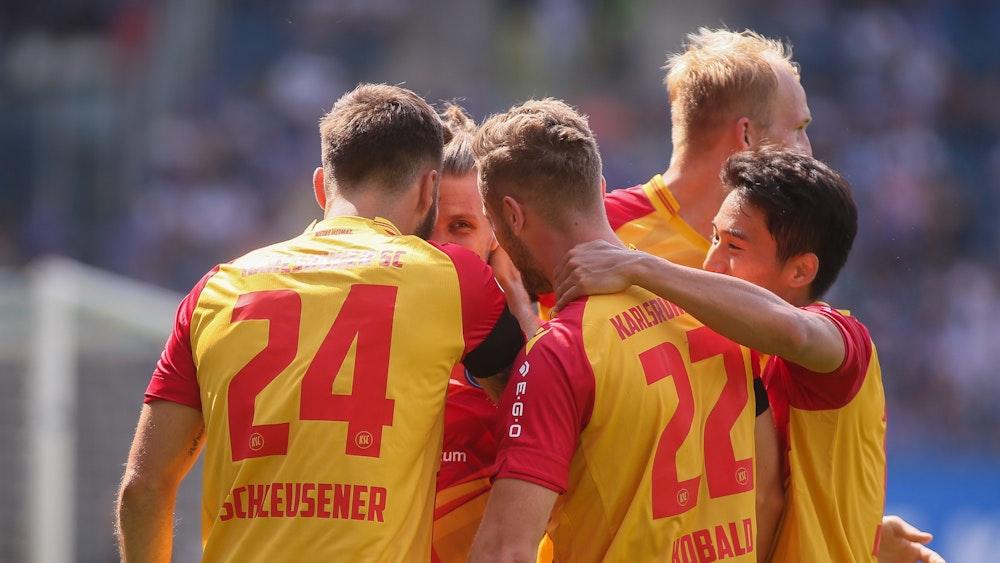 Pemain Karlsruher SC merayakan dengan pukulan kuat melawan Hansa Rostock.