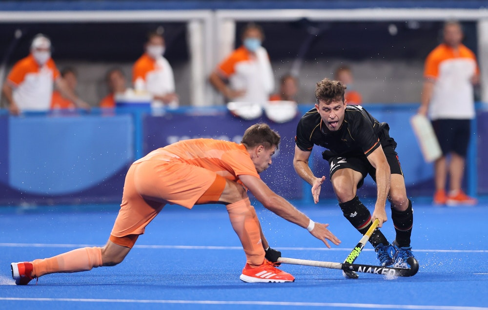 Sander Sebastiaan Robert de Wijn und Timm Alexander Herzbruch kämpfen um den Ball.