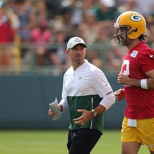Matt LaFleur und Aaron Rodgers sprechen miteinander beim Trainingslager der Green Bay Packers in Ray Nitschke Field.