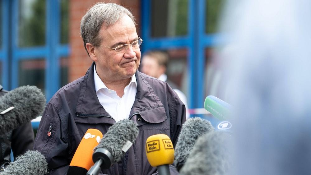 Armin Laschet (CDU), Ministerpräsident von Nordrhein-Westfalen und Kanzlerkandidat, gibt nach seinem Besuch der Feuerwehrleitzentrale ein Pressestatement.