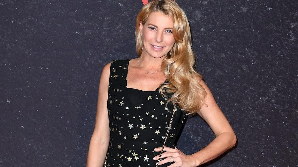 Giulia Siegel posiert im schwarzen Abendkleid mit Sternen-Muster für die Fotografen.