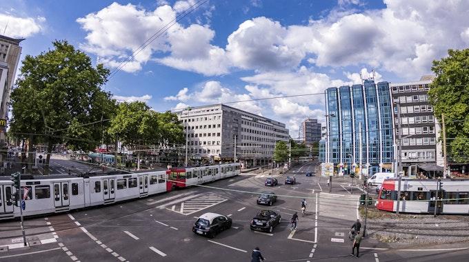 KVB-Bahnen und Autos am Barbarossaplatz in Köln.