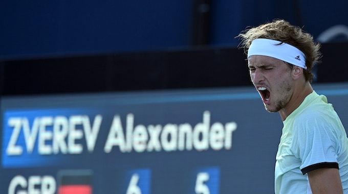 Alexander Zverev ist wütend während Olympia 2021: Er kritisiert die Bedingungen der Wettkämpfe hart. Hier ist der Tennisstar nach einem Ballwechsel zu sehen.