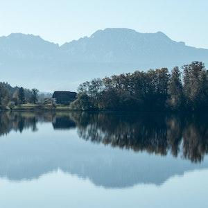 Die Berchtesgadener Alpen spiegeln sich am 03.11.2014 im Abtsdorfer See.