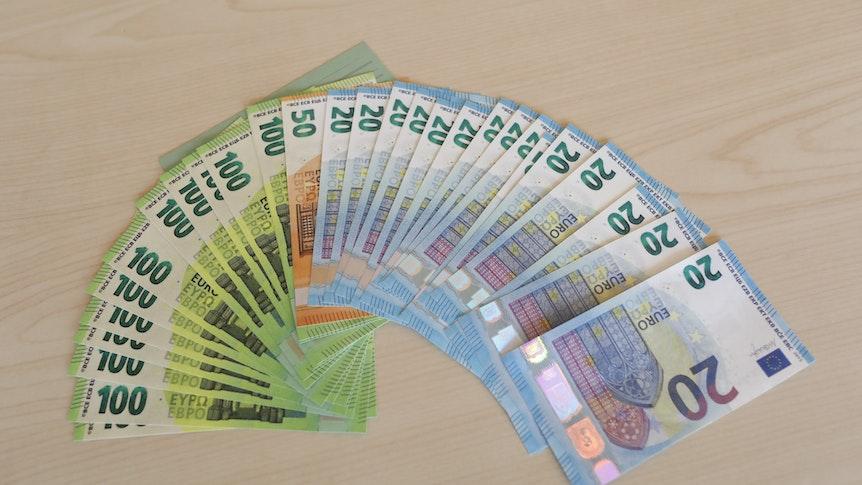 Falschgeld-Scheine liegen im Kölner Polizeipräsidium auf einem Tisch.