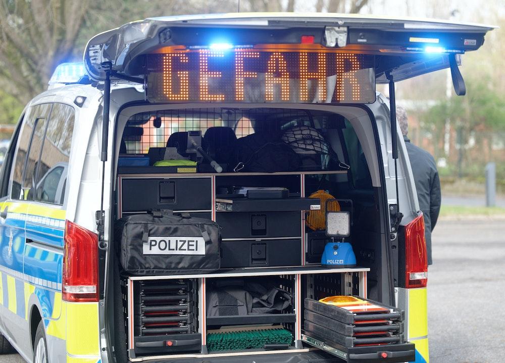 """Die Ausrüstung der Polizisten ist bei der Vorstellung neuer Einsatzfahrzeuge der Autobahnpolizei auf dem Gelände der Wache der Autobahnpolizei im Kofferraum des neuen """"Mercedes Benz Vito 124 Tourer"""" zu sehen."""