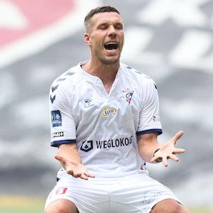 Lukas Podolski ärgert sich über eine misslungene Aktion.