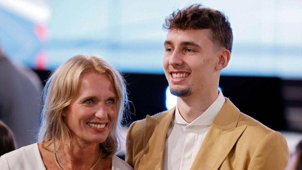 Beate und ihr Sohn Franz Wagner beim NBA Draft 2021 in Brooklyn.