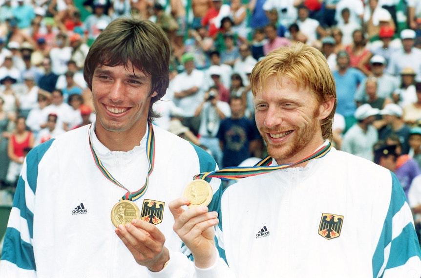 Michael Stich und Boris Becker zeigen ihre Olympische Goldmedaille.
