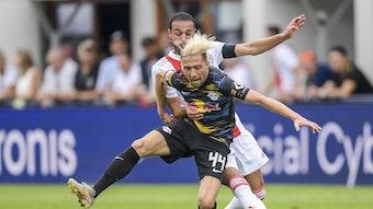 Mein Ball! RB Leipzigs Kevin Kampl behauptet sich gegen Ajax' Noussair Mazraoui