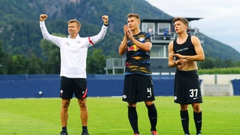 Jubeln mit den Fans: RB-Coach Marsch feiert das 1:1 gegen Ajax, Orban (M.) und Raebiger applaudieren
