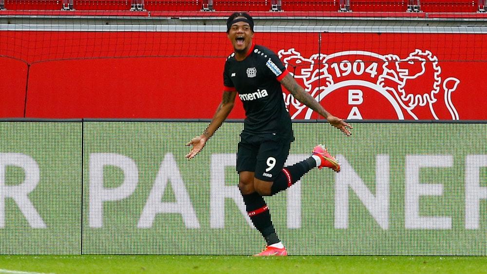 Leon Bailey bejubelt ein Tor für Bayer Leverkusen.
