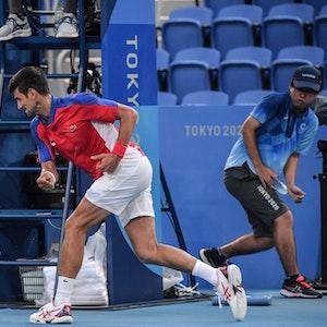 Serbiens Novak Djokovic zertrümmert seinen Schläger bei Olympia in Tokio.