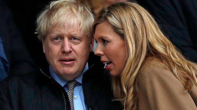 Ehefrau Carrie flüstert Boris Johnson beim Rugby-Match zwischen England und Wales etwas ins Ohr.