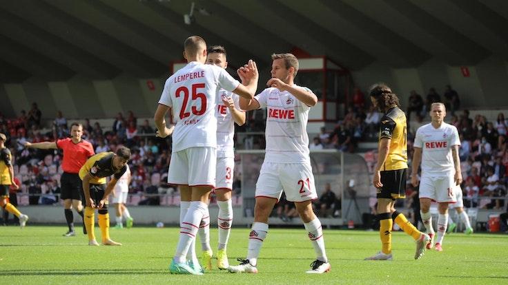 Tim Lemperle (l.), Louis Schaub (r.) und Vorlagengeber Noah Katterbach (M.) bejubeln den späten FC-Ausgleich im Testspiel gegen Roda Kerkrade.