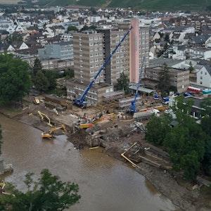 Eine Drohnenaufnahme zeigt, wie das THW am 25. Juli 2021 mit Kränen eine Behelfsbrücke über die Ahr in Bad Neuenahr-Ahrweiler errichtet.