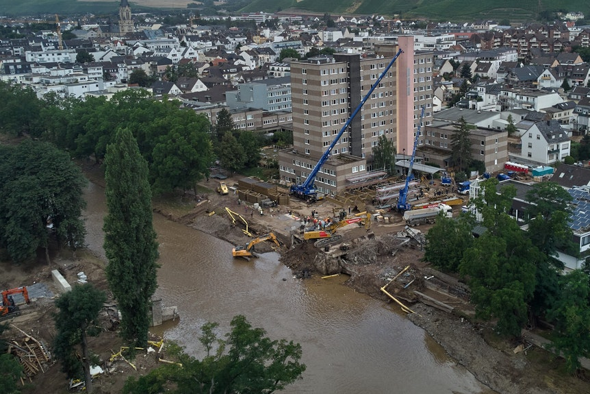 Im durch das Hochwasser stark verwüsteten Ahrtal gehen die Aufräumarbeiten unvermindert weiter.
