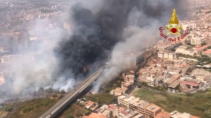 Auf einem Luftbild der italiensichen Feuerwehr ist eine große Rauchwolke über der Stadt Catania zu sehn.