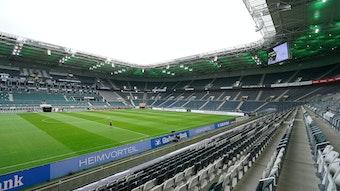 Der Borussia-Park in Mönchengladbach. Diese Stadion-Aufnahme stammt vom 15. Mai 2021. Zu sehen ist das Spielfeld und die leeren Zuschauerränge in der Fohlen-Arena.
