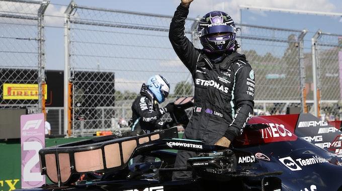 Lewis Hamilton reckt nach seiner Pole Position in Ungarn den Daumen nach oben.
