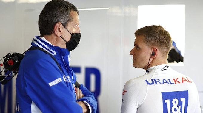 Günther Steiner im Gespräch mit Mick Schumacher beim Großen Preis von Portugal.