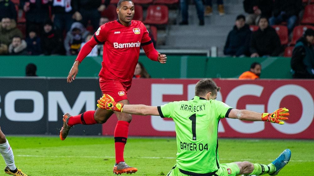 Lukas Hradecky (r.) und Jonathan Tah im Spiel gegen den VfB Stuttgart.
