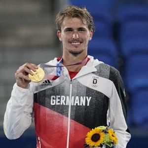 Alexander Zverev hält seine Tennis-Goldmedaille bei der Olympia-Siegerehrung in die Kamera.
