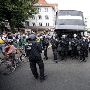 Berlin: Die Polizei musste auf einer Demo gegen die Corona-Maßnahmen trotz Demonstrationsverbot einschreiten.